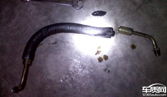 比亚迪速锐转向助力油管漏油危及安全高清图片