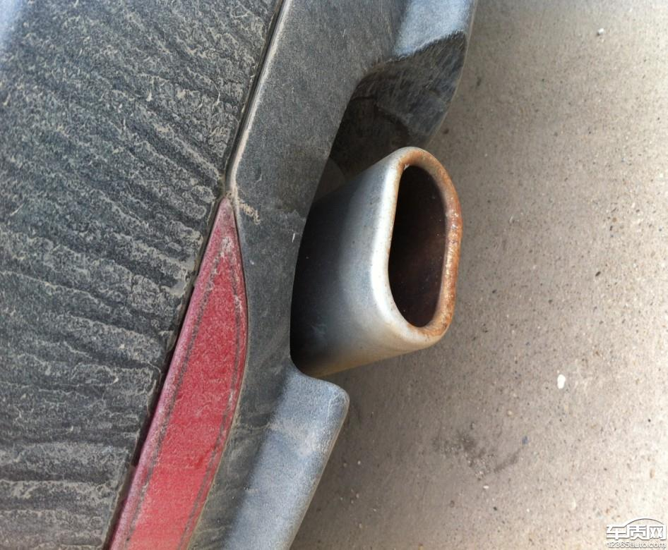 菲亚特菲翔排气管严重生锈高清图片