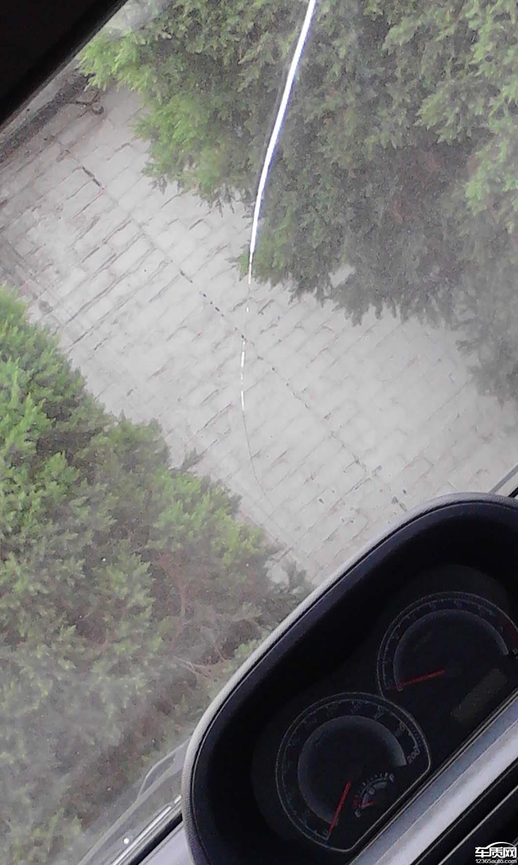 投诉详情:                          车前挡风玻璃
