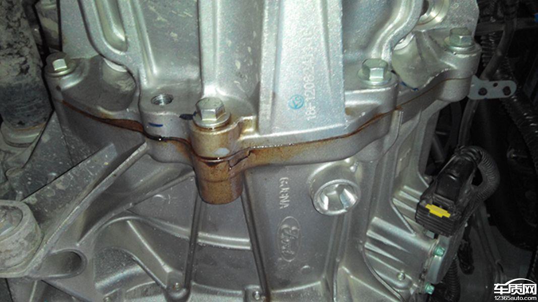 长安福特福克斯发动机与变速器连接处漏油转向泵漏油高清图片