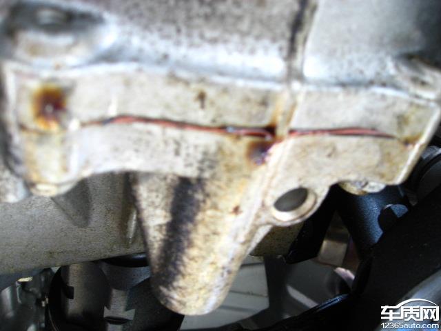 新买的车,平时开的比较少,开了2400多公里,发现发动机声音变大,去4S店检查,说是发动机漏油。4S店技术人员说看漏油的情况,应该是很长时间了,应该是出厂质量问题。4S店和丰田厂家说是要打开发动机维修一一排查,看是那里漏油,我的要求是更换发动机总成。