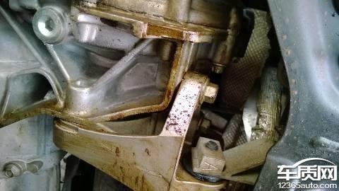 长安福特福克斯发动机油封处漏油高清图片