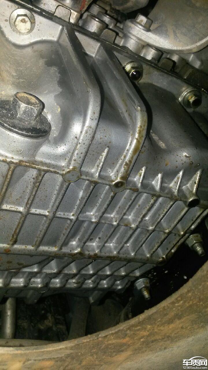 2014年1月11日发现在大理福特4S店发现发动机漏油,工作人员称油封漏油,于1月18日-20日再次到大理福特4S店更换了油封,相关技术人员检查、试车后无问题,并说15日工作日再次检查是否漏油。2014年2月17日到修理厂进行检查,发现发动机还出现漏油情况,此次是右前方漏油,该车型存在较大的质量问题。