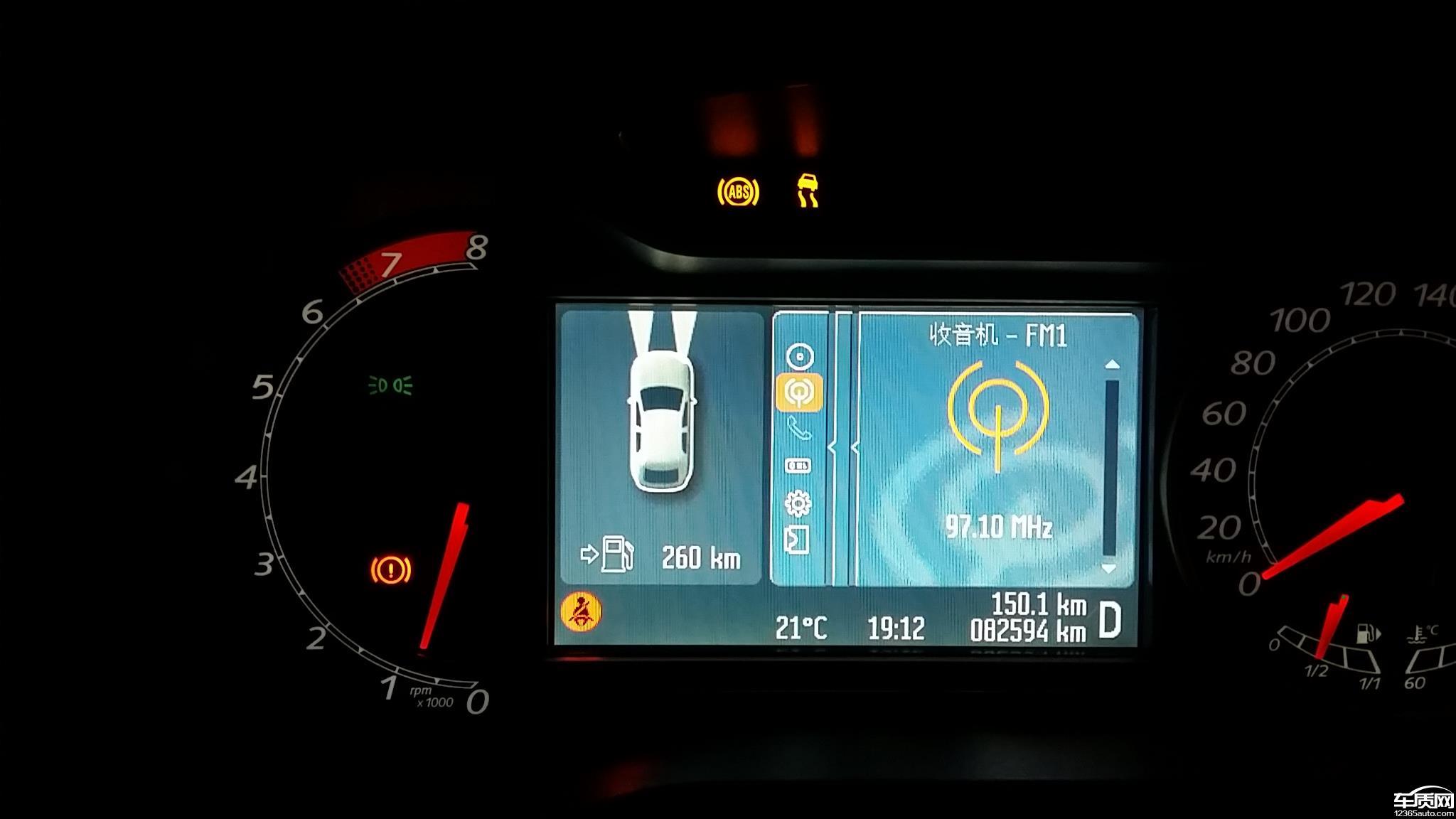 本人购福特蒙迪欧致胜2.3至尊版于2010年,行驶3年多,行程约为5万公里时,ABS,ESP,刹车灯同时亮起,重新着车后正常,刚开始时频率较低,没怎么在意,咨询4S,说是ABS泵故障,维修要8700元,工时费另外。再过几个月,故障越来越频繁,几乎都出现故障告警。4S说车辆已经过保,只能车主承担费用。难道福特车的安全系统的寿命只有3年?