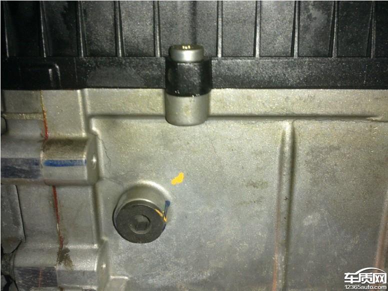 2.0T蒙迪欧致胜所配备的Powershift双离合变速器的机电控制模块外壳与铝合金变速箱壳体接触面出现明显漏油现象。此现象最早出现于车辆行驶到10000公里时,当时4s店只将漏油清理未做进一步处理。而后车辆行驶至18000公里时去4s店复查发现仍存在漏油现象,那时4s店将漏油清理后对外壳螺丝做了紧固处理,并认为故障已解决。现车辆行驶里程为24000公里,又出现了漏油现象。去4s店索赔,4s只同意对外壳做打胶处理,而打胶过程中流出的变速箱油尽然打算用容器收集好后再灌入变速箱中使用,对此解决方案我表示非常