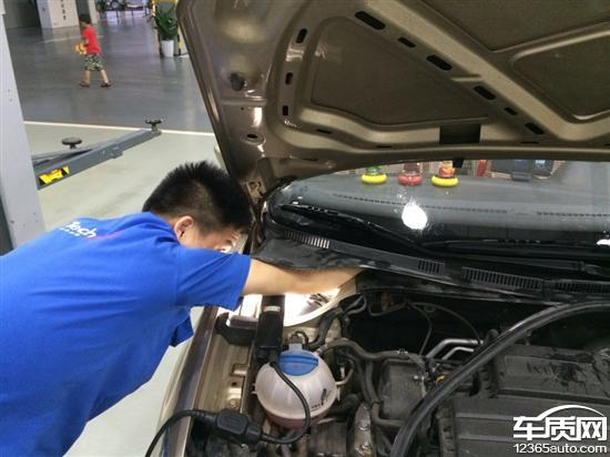 上海大众桑塔纳发动机舱漏水非常严重