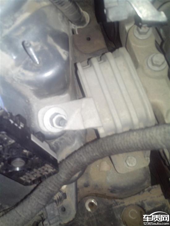 上海通用别克GL8发动机支架断裂高清图片