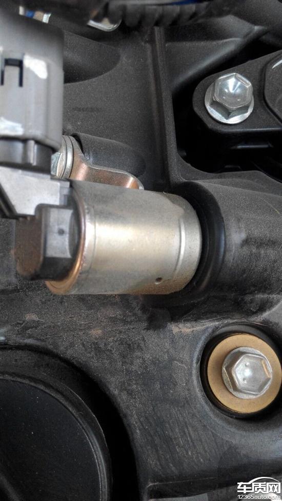 一汽丰田威驰发动机盖处漏油高清图片
