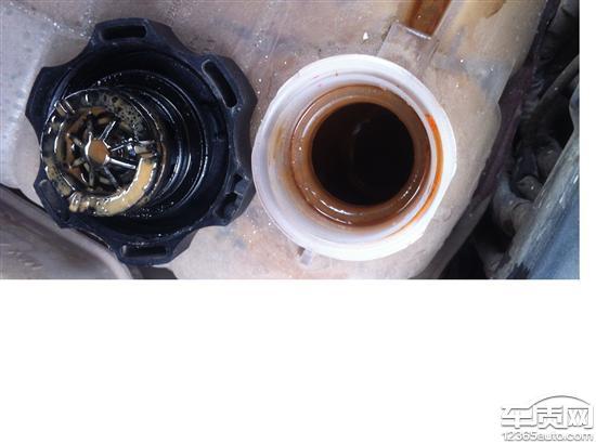 雪佛兰科鲁兹发动机机油散热器渗油高清图片