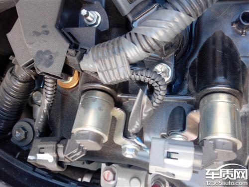 一汽丰田威驰发动机盖渗油高清图片