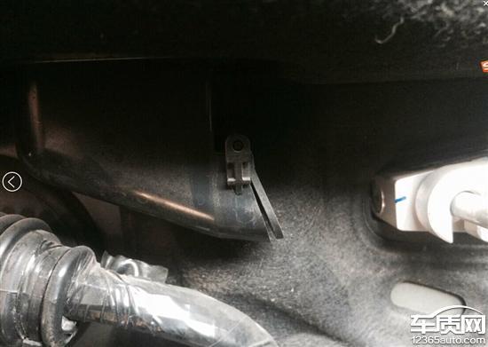 长安福特蒙迪欧前挡水从发动机舱内排出高清图片