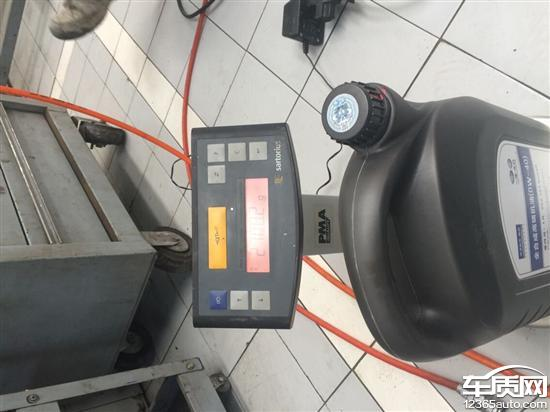 我的车辆信息:12款新速腾1.4T自动豪华,2013年8月出厂。燃油:从提车到现在14851公里全程使用中国石油93号燃油,保养:1、2013年9月提车,14年3月4827公里做一保,从提车到保养,机油尺显示机油在麻点中间位置,正常。2、2014年9月做二保,9978公里,机油尺显示机油在麻点中间偏下,还较正常。二保本次还是使用0-40W全合成嘉实多机油,因为它是涡轮增压,先进的发动机,我忍了!发现问题:2014年12月20日,白天在道路上正常行驶突然机油报警灯亮起,检查一下机油尺,顿时天昏地暗,机油基