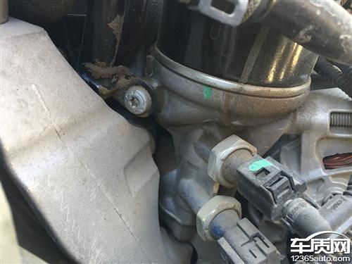一汽大众迈腾发动机漏油有安全隐患高清图片