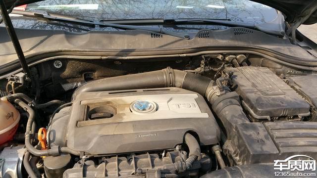 我于2011年11月22日购买的一汽大众DSG变速箱的新迈腾1.8T,在15万公里的时候就发现有点漏油,但是没太在意,最近发现漏油特别严重。到一汽大众4S店一检查,说是变速箱什么阀体坏了,需要更换,费用最少2万到3万,严重的话大概要7万左右。但是我的车已经行驶16.2万公里,无法索赔,只能自费。目前该车已经无法使用。和厂家联系过,至今无任何结果。花了将近30万买的,开了16万公里,其中在3万公里的时候,车被召回过一次,免费换过一次变速箱,严重烧机油,每跑5千公里就要加2升左右的机油。我是一直非常信赖德