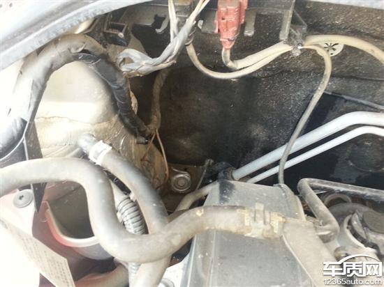上海大众桑塔纳发动机舱漏水隐患高清图片