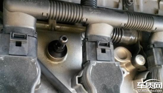 今年三月份央视曝光了EA888发动机渗油漏油,打开发动机上面的盖子看了也发现渗油,去经销商那里维修,他们说发动机要拆下来搞,而且渗油的地方搞好了不保证其它的地方再出问题,让我开到渗油严重了再去修。开了7200公里的车,厂方经销商明知有缺陷,不想办法解决,就知道拖廷,还认为这是小问题,对平时行驶没什么影响,难道大众一直用拖廷的办法来对付消费者的吗?