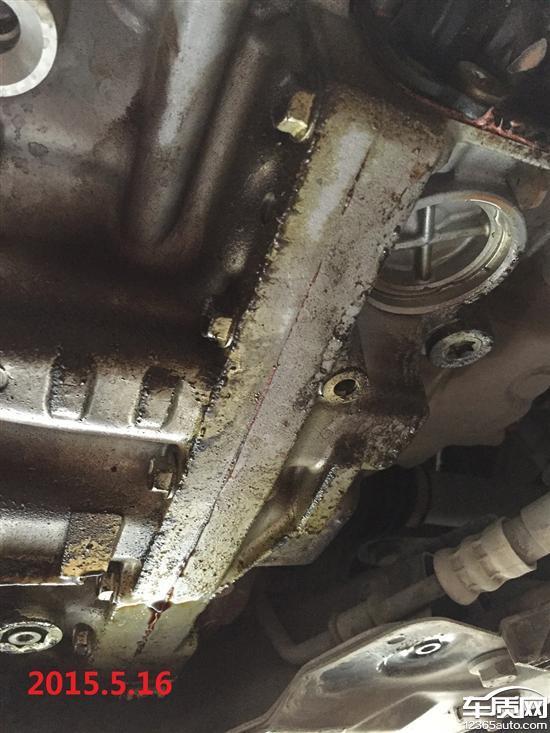 2012年8月27日于东风雪铁龙江西海峰4S店提的2012款2.0AT尊享版C5,在开了半年多一点的时候到当地九江金岛3S店做首保检查时发现变速箱漏油(见2013年照片),问题集中在变速箱箱体底部的中缝有很长的一条油渍,当时金岛这边意识到问题严重,联系江西海峰,海峰的技术总监要求这边拍照片发过去分析。半小时左右,海峰的技术总监来电话断定是变速箱盖漏油(黑色盒子),我提出疑问:如果是变速箱盖漏油,为什么变速箱体的中缝会有很均匀的一条油渍?技术总监解释说是车子往前开的时候油从变速箱盖缝隙里飘到变速箱中缝上来