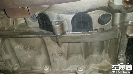 东风雪铁龙世嘉发动机与变速箱之间漏油高清图片