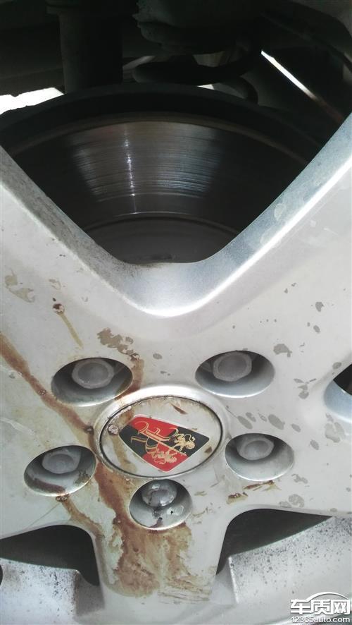 上汽荣威350后轮刹车盘磨损的有沟槽高清图片